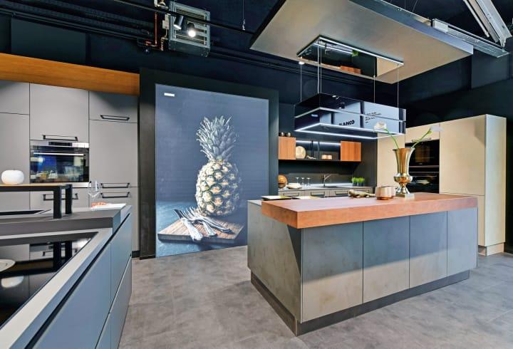 moderne Designerküche mit Kücheninsel und hochwertiger Küchenaustattung