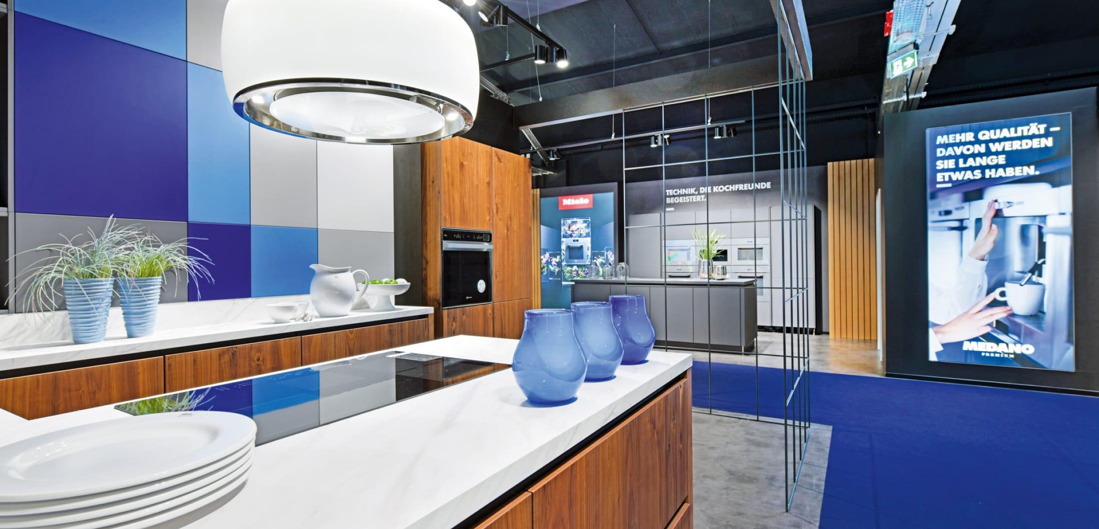 moderne Kücheninsel mit modernen Küchengeräten