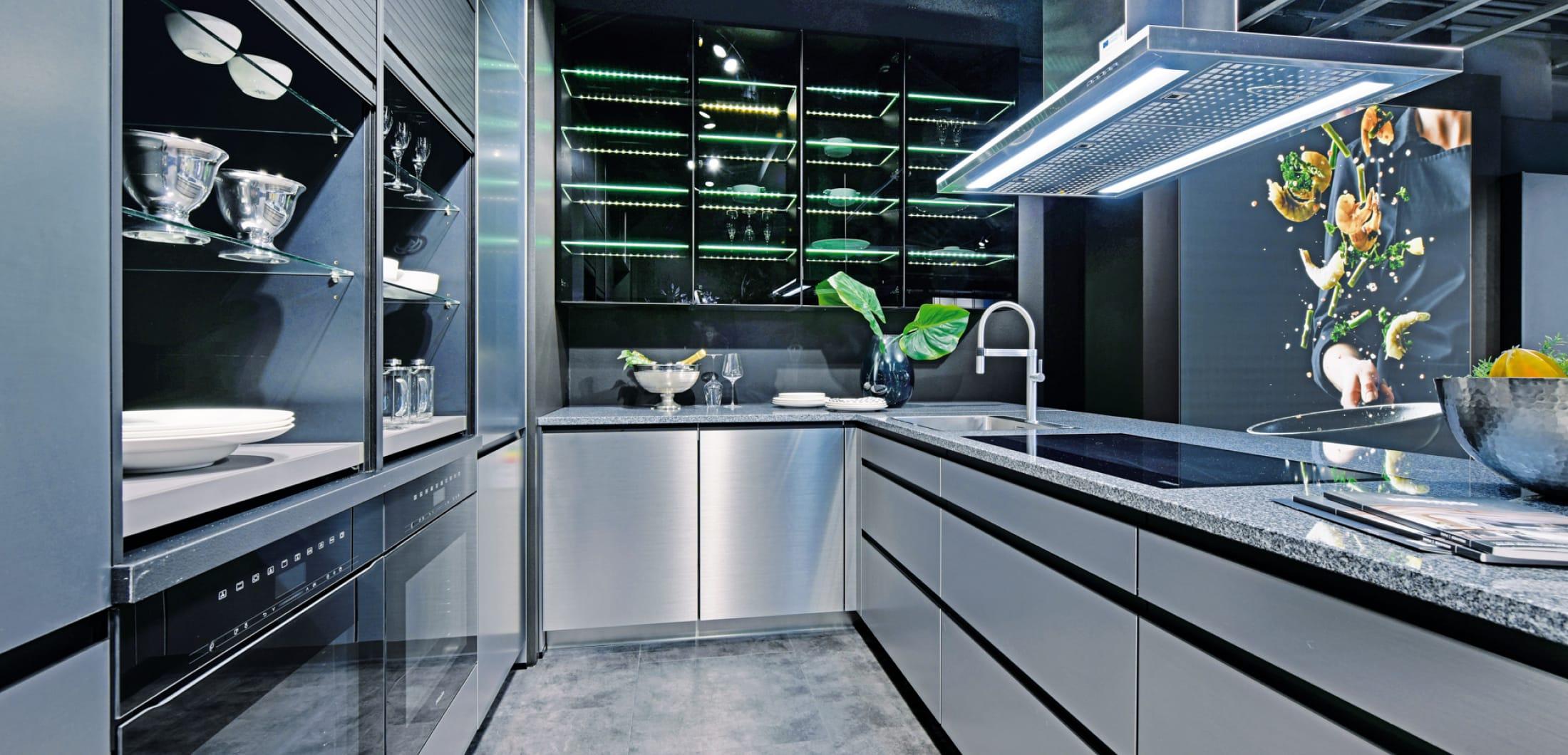 U-Küche aus Edelstahl