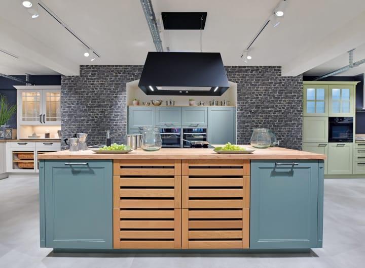 moderne Kücheninsel mit Holzfront und Inselesse