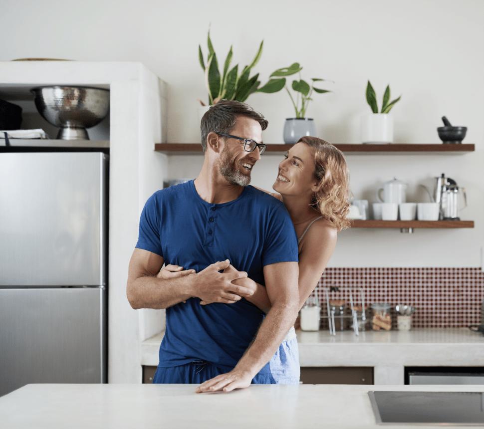 Glückliches Paar in neuer Küche