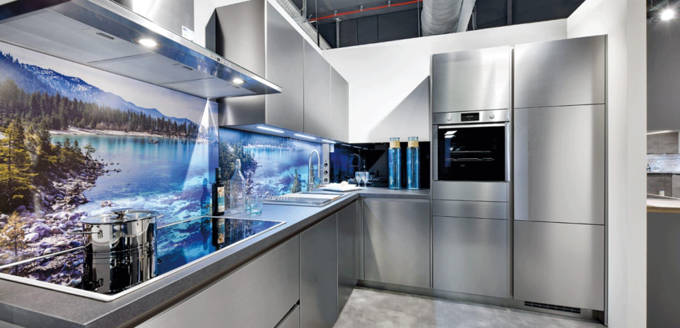 L-Küche mit Edelstahlfronten